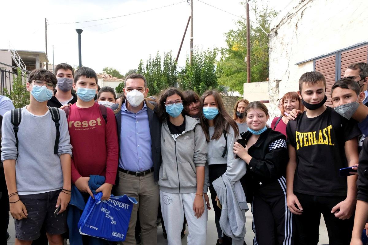 Ο πρόεδρος του ΣΥΡΙΖΑ – Προοδευτική Συμμαχία, Αλέξης Τσίπρας στις σεισμόπληκτες περιοχές του νομού Ηρακλείου